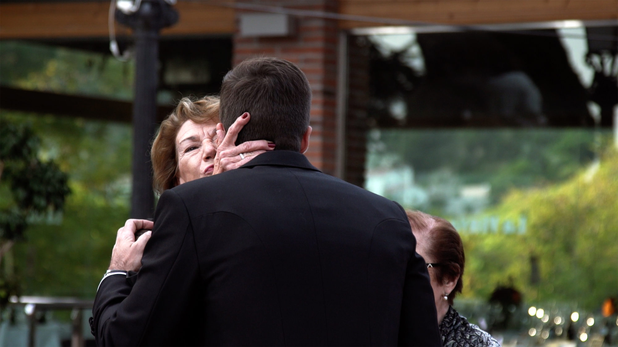 Madre besando hijo que se casa. Mother kissing her son, the groom.