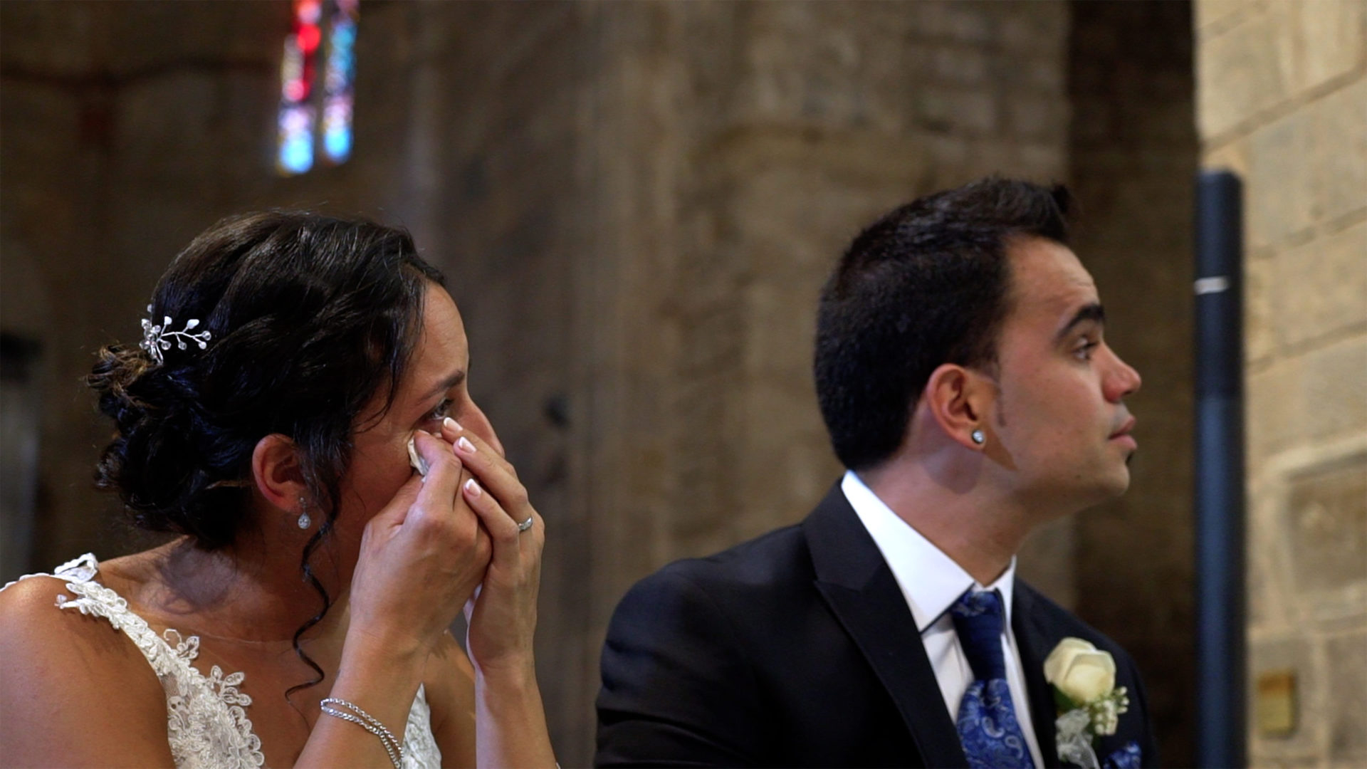 Novia llorando en la iglesia. Bride crying in church.